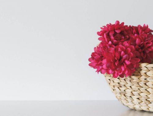 Jak ułożyć sztuczne kwiaty w doniczce?